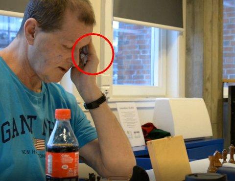 TATT I JUKS: Stein Tholo Bjørnsen hadde en bluetooth-enhet i hånden da han spilte mot Lykke-Merlot Helliesen.