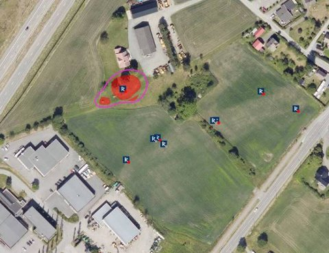 Flyfoto  over gravfeltet med registrerte kokegroper og kulturlag beliggende på de to jordene i sør.