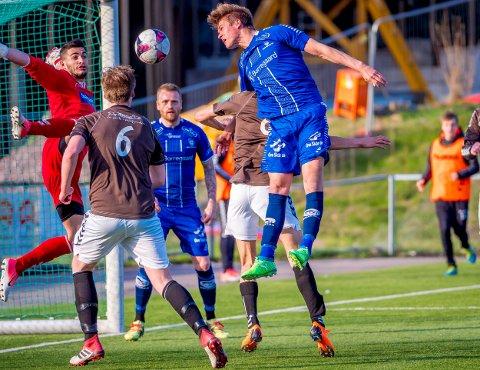Fra start: Bjørn Inge Utvik starter på midtstopperplass sammen med Joonas Tamm. Foto: Thomas Andersen