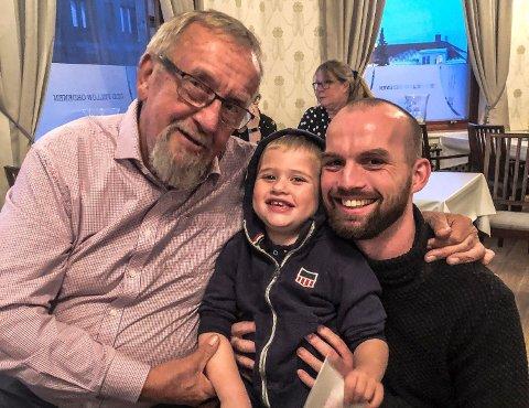 TRE GENERASJONER: Klaus Lintho har støttespillere i alle aldre. Blant annet tidligere LO-leder Yngve Hågensen og sønnen Oskar på tre år.