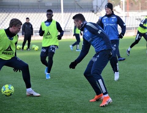 Første trening: Youssef Chaib i kamp med Sebastian Jarl under sin første trening med Sarpsborg 08.