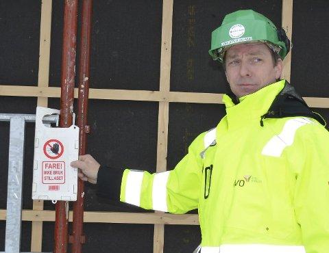 Ros: Jørgen Bjåland roser Geir Moen as for denne plakaten som forteller at stillaset er under ombygging og derfor ikke kan brukes.