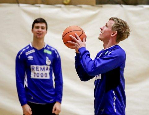 STILLER OPP: Alexander Blonz (i bakgrunn) og Magnus Jøndal konkurrerer om den samme plassen på landslaget i håndball. Så langt i EM har Jøndal storspilt. Det betyr lite spilletid på Blonz. 19-åringen tar det med knusende ro og backer i stedet opp sin makker. Her fra en lett treningsøkt med basketball tidligere i uka.                FOTO: Vidar Ruud/NTB Scanpix