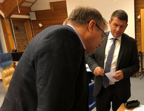 STRID: Johannes Dalsbotten (t.v) og opposisjonen vil ikkje venta meir med tomteavgjerda. Ordførar Trygve Skjerdal ber Høgre og Ap stikka fingeren i jorda.