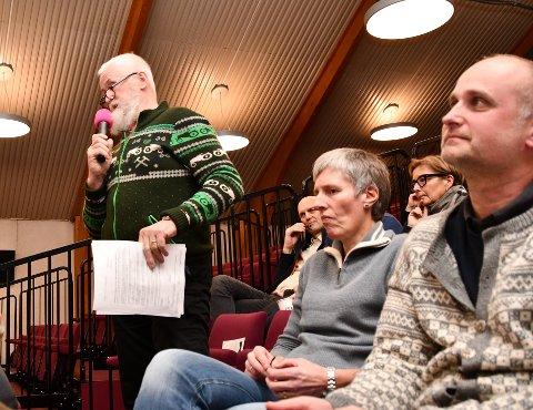 ROSAR LYSE: Odd Steinar Eide (ståande), her frå folkemøtet i februar, har engasjert seg i saka om ny kraftlinje, og er glad for at Lyse har lytta til grunneigane sine synspunkt.