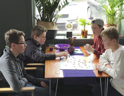 Møteplass: Siden ByLab åpnet i april, har barn og unge brukt stedet som en sosial møteplass med brettspill. Nå får de også et organisert tilbud om brettspill, til å begynne med én gang i måneden. Arkivfoto: Emma Huisman Moskvil