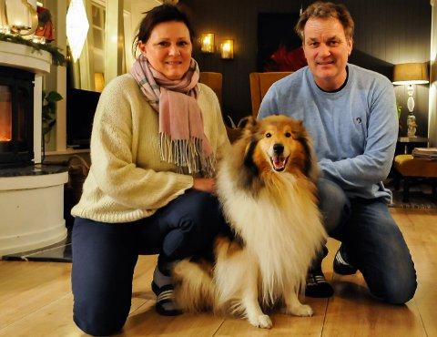 KOM HJEM: Anne Christine Rogn og Jens Birger Hafredal er lykkelige over å ha fått tilbake sitt firbeinte familiemedlem, Mira.