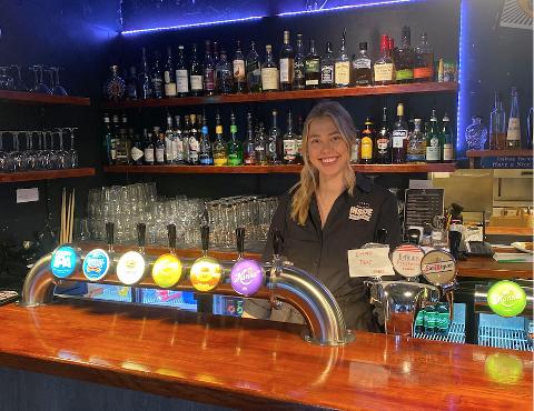 UTELIV: Anja Landsverk (24) fra Notodden jobber på utestedet Inside i Stavanger. Hun er svært kritisk til regjeringens krav om matservering ved alkoholservering, og mener tiltaket er svakt miljømessig og lite sosialt.