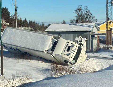 Traileren endte på siden etter å ha kjørt av veien på Smøla onsdag ettermiddag