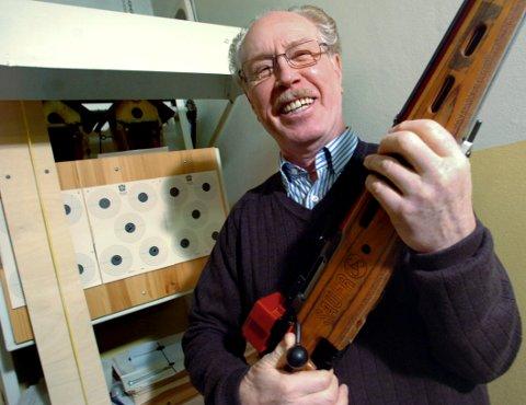 STORSKYTTER: Willy Enger fra Nøtterøy er stadig like stø på hånda. Skytteren på 83 år leverte prikkfri skyting i et stevne på Kongsberg.