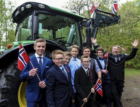 LITE TRAKTORMORO: Jon Torjus Alten (helt til høyre) får ikke kjøre traktor under årets 17.maitog i Stokke. Her fra 2017.