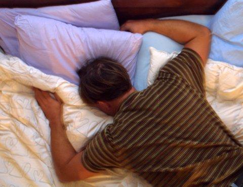 FLERE VÅKNET OM NATTEN: En av søvnstudiene spurte deltakere om søvnen under pandemien sammenlignet med før pandemien. Rundt 35 prosent rapporterte at de våknet opp i løpet av natten oftere enn før. Det var imidlertid nærmere 50 prosent som rapporterte ingen endring, og om lag 15 prosent rapporterte at de våknet opp mindre enn før. Illustrasjonsfoto.
