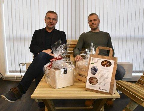 Satser på egenutviklede produkter: Tor Kristian Johansen og Tommy Rasmussen med noen av produktene som Lisand vil satse på i tiden fremover. Foto: Olav Loftesnes