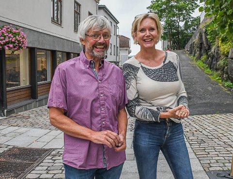 Redaktør Marianne Drivdal og debattleder Stein Kåre Kristiansen er klare for kveldens dyst på rådhuset, hvor Tvedestrands toppkandidater skal kjempe om velgernes gunst.
