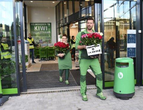 Åpningsdagen: Butikksjef Dag Magne Bruflodt møtte kundene med roser på åpningsdagen 26. november. Nå er han strålende fornøyd med utviklingen i de nye lokalene. Arkivfoto