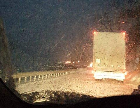 Kvamskleiva: Ei stund sperra vogntog E16 ved Kvamskleiva i Vang, men klokka 20.00 skal E16 vera open for ferdsel, men det er litt kork.