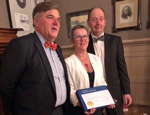 TATT OPP: Mona Damengen Brandborg med medlemsbeviset, flankert av president Bendix Plesner (t.v) og fadder Øystein Gaarder.