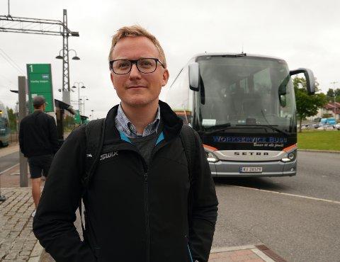Vi snakket med Mathias Gran, som akkurat hadde ankommet Vestby stasjon fra Oslo i buss. Han forteller at han startet reisen til Moss klokken 07:00 og ventet på en ny buss som skulle ta han videre til Moss.