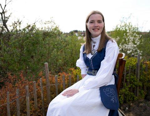 """STOLT AV """"LINNE- DRAKTA"""" SI: Elida Bakke (15) poserer gjerne med den nye """"Linne-drakta"""" si."""