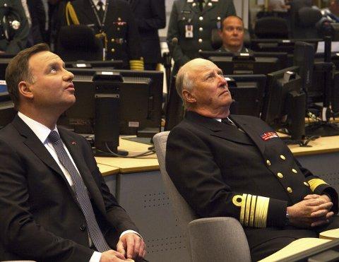 Interesserte: Både kongen og presidenten viste stor interesse for det de så og hørte under besøket.