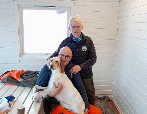 Gjensynsglede: Her er den lykkelige eieren gjenforent med hunden Gjertrud etter at sistnevnte forsvant på Saltfjellet torsdag ettermiddag. Mandagen etterpå, fire døgn senere, kom hunden til rette. Bakerst eier Olav Bratberg sammen med Kenneth Ressem som fant hunden.
