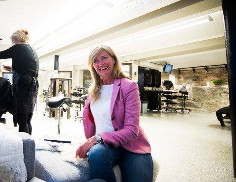ÅPENT: Nina Hage eier og driver to frisørsalonger i Drammen. Begge har vært stengt siden 13. mars, men denne uka åpnet salongen på Gulskogen noen timer for kunder som trengte nye produkter.