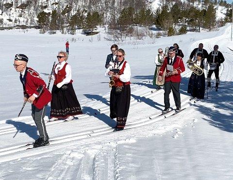 Sporty musikere: Redningskorpset  viste sporty innstilling ved både å spille i hele kommunen og ved å gjøre noe de aldri før hadde gjort; spille mens de gikk på ski.