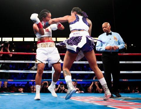 Bokser Cecilia Brækhus fikk slite hardt mot Kali Reis under boksekampen i Los Angeles, USA. Etter dette treffet går Brækhus ned og måtte ta telling.