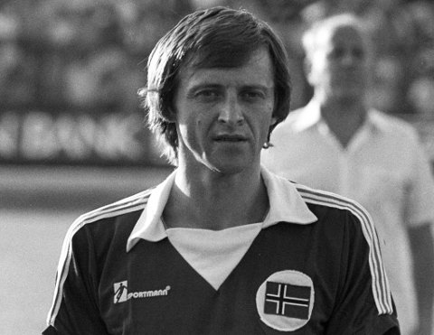 Helge Karlsen før i sin siste landskamp i 1979. Totalt ble det 34 kamper for backlegenden.