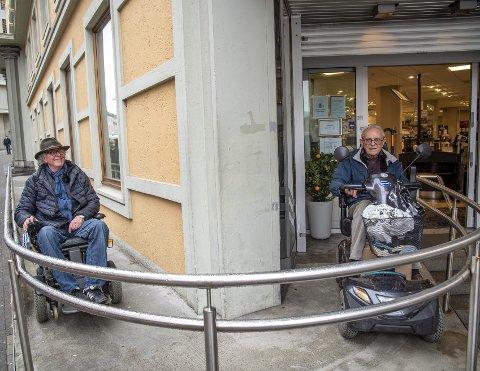 Byens mest kjente rullestolrampe er på hovedpolet i Valkendorfs gate. Den ble bygget etter at Arve J. Nilsen i tre år besøkte polet uten å komme inn. Betjeningen ekspederte ham på gaten. Her møter han Sigbjørn Frisheim, som er på vei ut