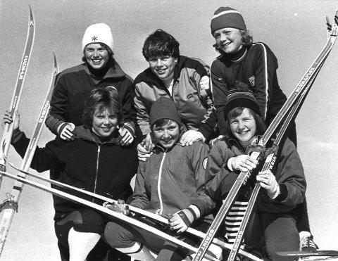 Glade skijenter:  Heidi Thoresen, Nina Rokke og Gøril Skyttersæter. Foran fra v. Tone Dahler, Tove Lund og Gun Tove Riis. 28.02.1977