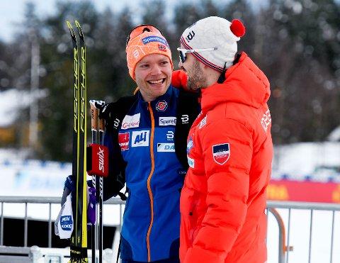 BACKET KAMERATEN: Eirik Brandsdal (t.v.) og Sondre Turvoll Fossli har fortsatt god kontakt. Her gratulerer Sondre kameraten med pallplass på skisprinten.