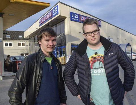 Reagerer: Amund Lundteigen, nestleder i Buskerud Senterungdom og Magnus Weggesrud, nestleder i Senterungdommen mener Rema 1000 i Hokksund bryter loven når det gjelder søndagshandel.