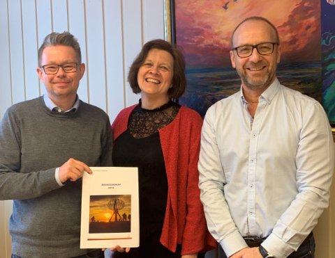 FORNØYDE: Rådmann i Nordkapp Raymond Robertsen, ordfører Kristina Hansen og assisterende rådmann Børge Grønlund.