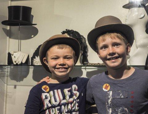 Fikk prøve: Benjamin (6) og Daniel (9) Mordt Bostrøm fikk prøve gamle hatter på Elingaard.alle foto: JOHN JOHANSEN