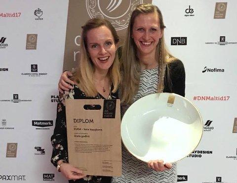 Anne-Marte Røen Bye (til venstre) og Anne Marthe Løken fra Duga hadde all grunn til å smile i Stavanger fredag kveld.