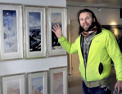 Aune Sand ønsker velkommen til vårstart i galleriket i gamlebyen i morgen. Bror Vebjørn starter med å lære barna å tegne en pingvin.