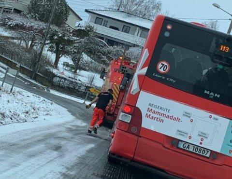 Tornesbussen måtte ha hjelp til å komme på veien igjen.