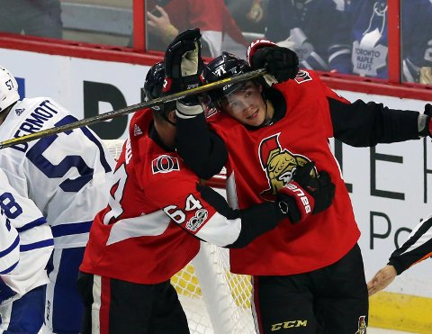 Stjernen-klare Gabriel Gagne (til høyre) feirer scoring for Ottawa Senators sammen med Tyler Randell mot Toronto Maple Leafs under en preseason-kamp i NHL.