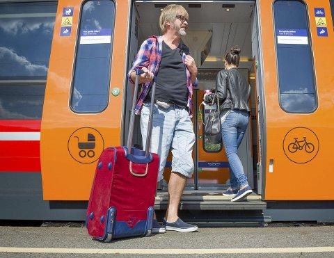 PÅ FLYTTEFOT: De unge reiser ut, mens den eldre generasjon flytter inn. Den innlandske flyttetrenden de siste årene bidrar til at forgubbingen øker. Foto: Jens Haugen