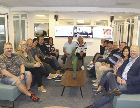25 ÅR: Hs Media feirer 25 år i september, og denne gjengen inviterer til åpen dag 21. september. Nå har de flyttet inn i nye lokaler på Gruetorget, og salget går som aldri før.