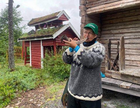 Med caps, horn og ullgenser: – Det var folkemusikken som trakk meg hit, forklarer Sissel Larsen som spilte    tradisjonelle toner under «Før i i væla» lørdag.bilder: Maria Kvernmo