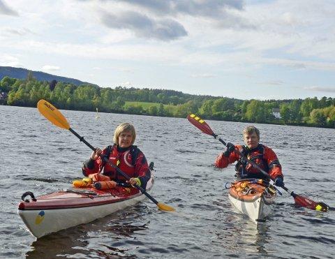 Padledag: Olga Torhild Helsvig og Svein Idar Dale fra kajakkgruppa i Brandbu Idretsforening håper padleinteresserte tar turen til Ulsnestangen søndag.