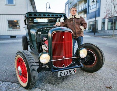 GODE VENNER: Kent bygde opp denne bilen nesten fra bunnen. Den var ferdig for 15 år siden, og vekker stadig oppsikt rundt om i landet når 56-åringen er ute og kjører.