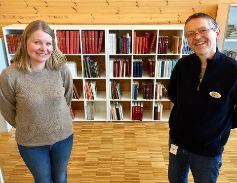 GAVE: Biblioteksjef Stine Andrea Heggen og Jan Erik Sandhals foran bokgaven fra Hans M. Næss.