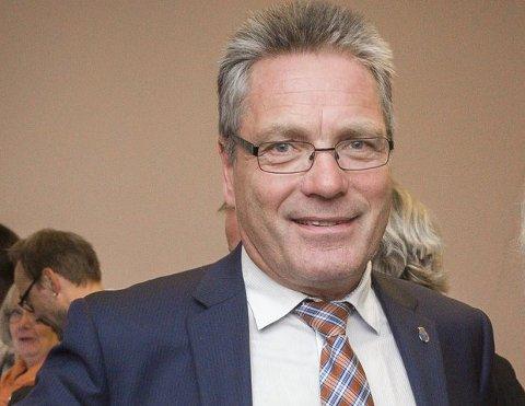 GA SKRYT: Ordfører Thor Edquist ga politikerne skryt for den jobben alle partier har gjort for å berge linjene ved Halden videregående skole.