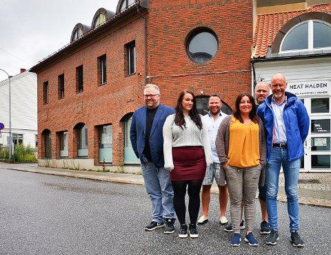 FLYTTER HIT: Fra venstre: Per-Morten Nilsen, Stine Fosdahl, Marius Wang, Gøril Bergmo, Robert Bordevik (bak) og Anders Ståle Hatlenes er en del av Systemfag Norge-teamet. Hovedkontoret er i disse dager på flyttefot til murstensbygningen i Busterudgata 1. Bergmo og Hatlenes skal jobbe på avdelingen i Hamar mens de andre utgjør deler av staben i Halden. Nilsen er eier og daglig leder av virksomheten.