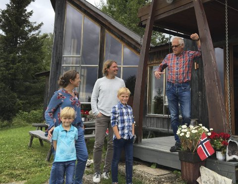 VELKOMST: Ole Nashoug (t.h.) ønsker velkommen til Ulrik Snedal-Lunder og familien som tok turen fra Oslo til Mammuthus i Vangsåsen for å kikke både på steinsamling og mammuten.