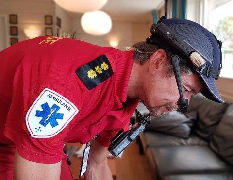 UTE I FELTEN: Slik ser hodekameraet til JodaPro ut når det er montert på ambulansearbeideren.