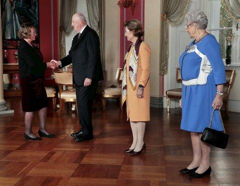 Fekk audiens: Margit Gjørv vert ønskt velkommen av kong Harald, dronning Sonja og prinsesse Astrid. – Det var ærefullt, og eit minne for livet, seier Gjørv.begge foto: Lise Åserud/NTB scanpix